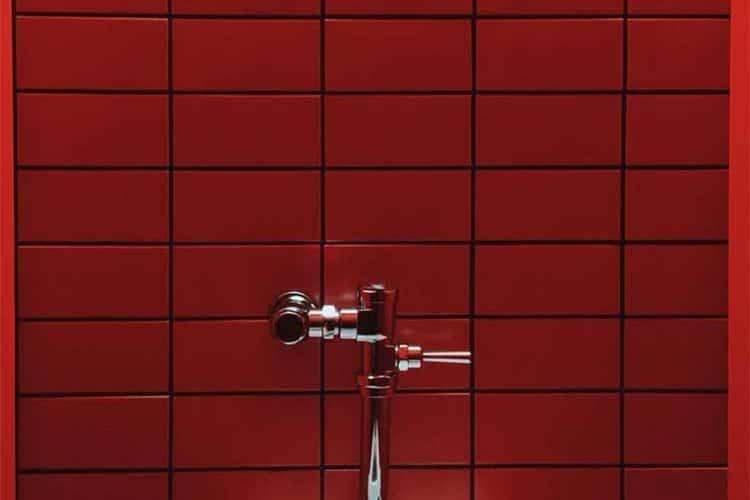 Rote Fliesen Badzimmer