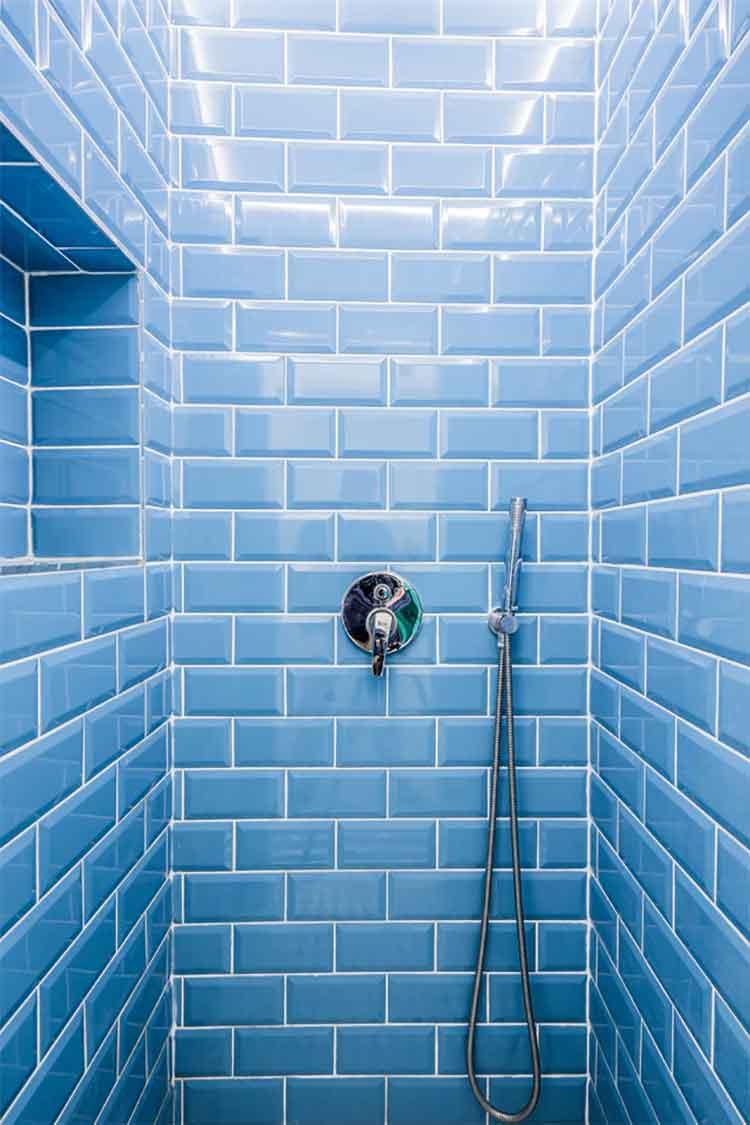 Dusche mit blauen Fliesen