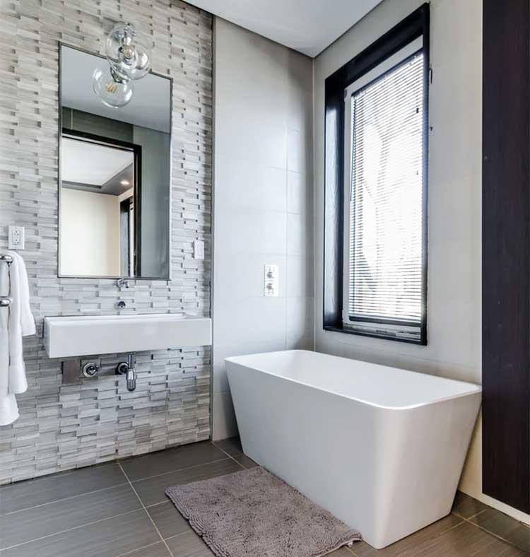 Badezimmer weiß mit Wand in Steinoptik