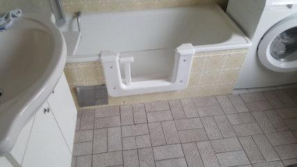 Bild zeigt Badewanne mit Tür