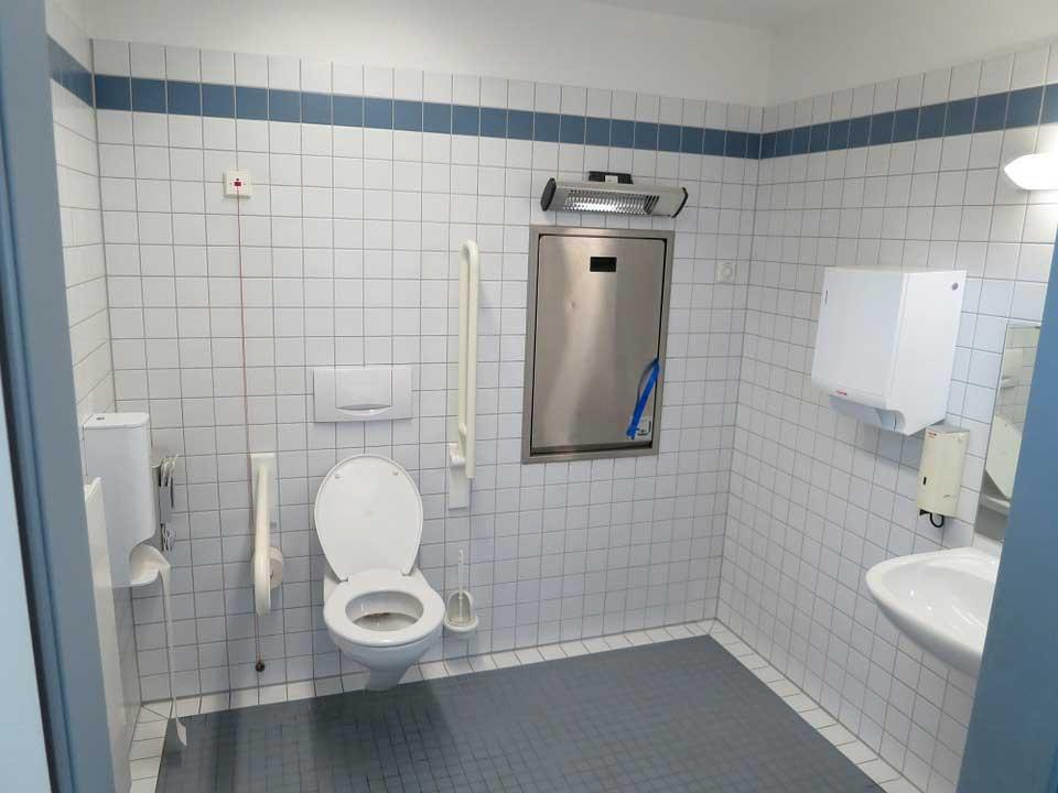 Badezimmer mit behindertengerechtem WC