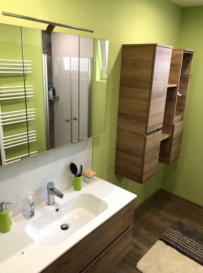 Bild zeigt Badezimmer mit grüner Farbe